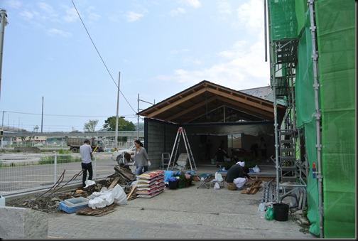 【釜石商店街のみんなの家 かだって】壁塗り風景