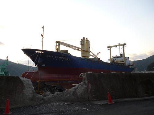 大型貨物船アジアシンフォニー(4,724t) 釜石港を離れる。